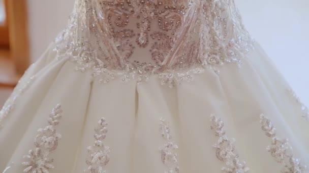 Krásná nádherné svatební šaty v místnosti.