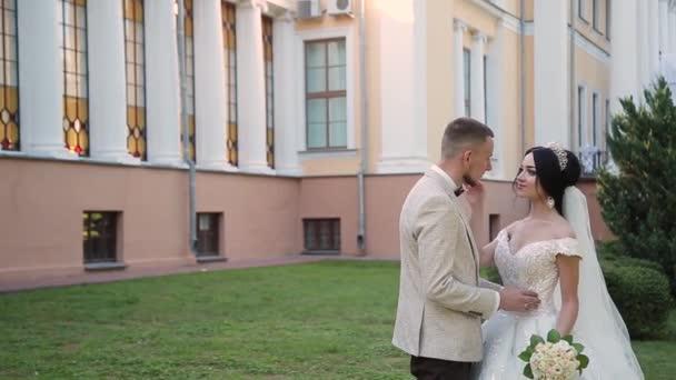 Novomanželé obejmout a vzájemně si na svůj svatební den.