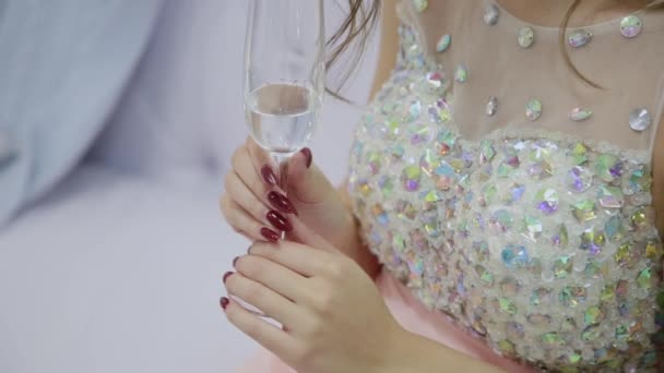 Velmi krásná dívka pije šampaňské a sedí na pohovce v novoroční výzdoba.
