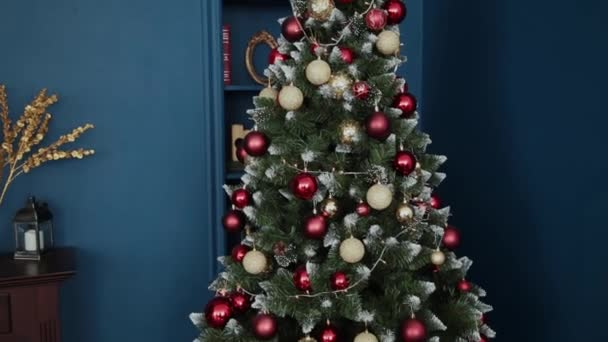 Velmi krásné vánoční strom s hračkami.