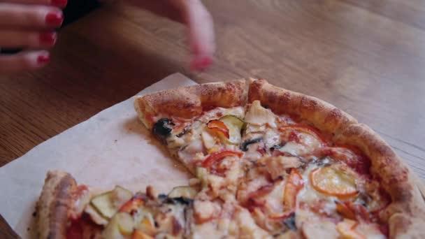 Detail z rukou lidí s plátky Pizza. Rám. Má jíst pizzu se sýrem, rajčaty a šunkou. Výborné jídlo pro obžerství a potěšení