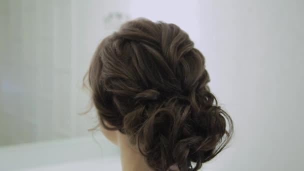 Krásná žena s velmi moderní účes v salonu krásy