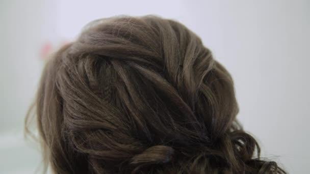 Szép nő, egy nagyon modern frizurát a szépségszalonban.