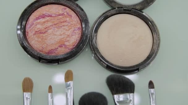 Sada štětců na make-up na stole v šatně. Módní průmysl. Módní přehlídka zákulisí.