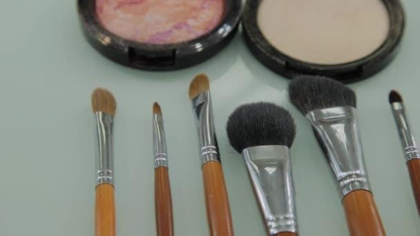 Sada štětců na make-up na stole v šatně. Módní průmysl. Módní přehlídka zákulisí