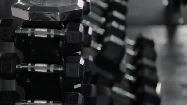 Tělocvična žena síla školení činka tréninků se připravovat na cvičení cvičení. Dívka ženského fitness cvičení ve fitness centru vnitřní