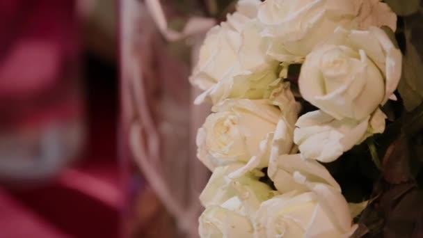 egy nagy csokor fehér rózsával, zöld fehér, zöld színű, virág, friss zárt rügyek, virág nagy, luxus virágok, nyaralás ajándék, finom Rózsaszirmok, zöld szárak, virágok, közelről egy csomó.