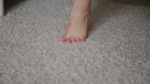 holky nohy jdou na bílý koberec.