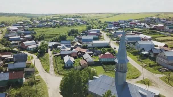 Köyün ahşap evleriyle üzerinde uçuş