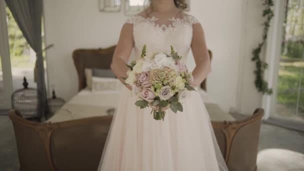 Menyasszony csipke ruha holding szép fehér esküvői virágok-csokor.