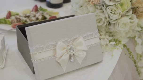 Svatební pozvánky a peníze hrudi zdobené krajkou.
