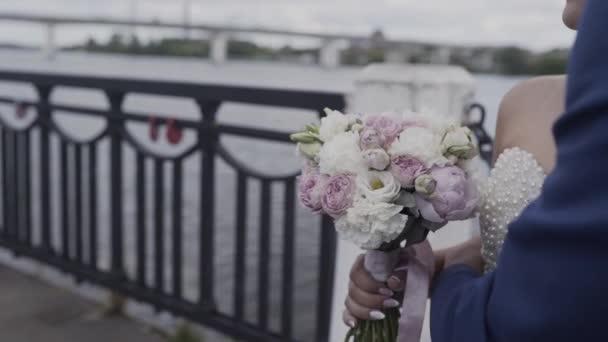 Krásné novomanželé držet svatební kytice