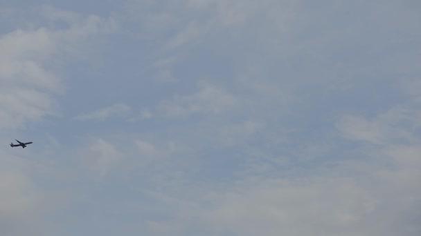 Flugzeug durch den wolkenverhangenen Himmel. Höhenflug Flugzeug in Silhouette mit blauem Himmel Hintergrund. modernes Transportwesen und Luftfahrt. Passagierflugzeug beim Start vom Flughafen. Abflug