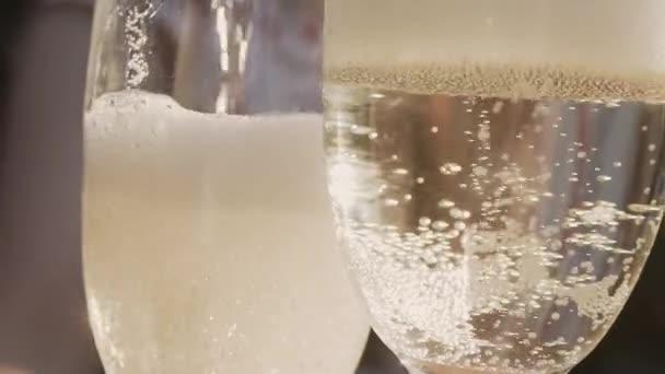 Champagner Zeitlupe Gießen mit Weihnachtsbeleuchtung und Blendenfleck