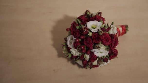 Kytice z čerstvých růží. Slavnostní kytice čerstvých květin. Svatba svatební kytice. Svatební květiny.