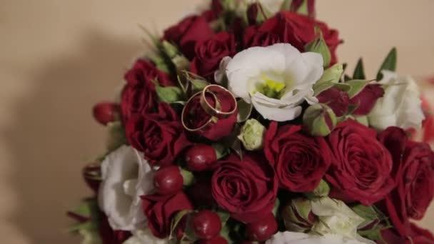 Friss Rózsa csokor. Ünnepi csokor friss virággal. Esküvő menyasszonyi csokor. Esküvői virágok.