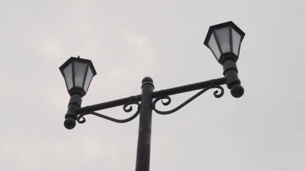 Dvojité retro lampa na ulici. Pouliční světlo svícen Lucerna.