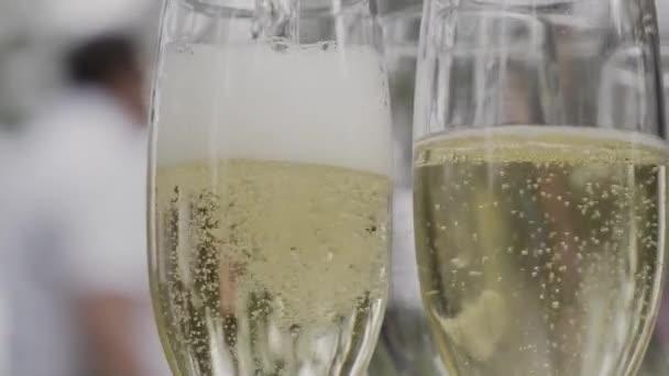 Champagner-Zeitlupe mit Weihnachtsbeleuchtung und Linsenschlag