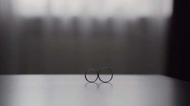 Snubní prsteny na homogenní pozadí