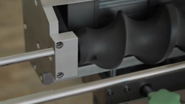 Works csővezeték a gyárban. Szállítószalag, gépalkatrészek.