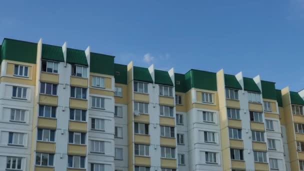 Großes Wohnhaus gegen den Himmel und schöne Wolken.