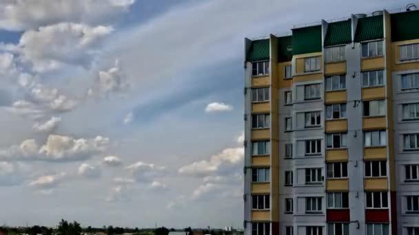Nádherná linie domu na pozadí mraků.