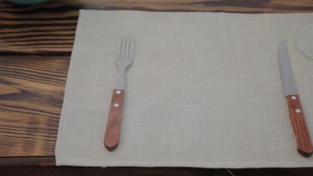 Servírované stoly v venkovní restauraci.