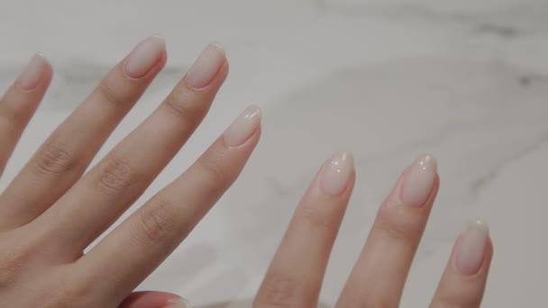 Krásná ženská ruka s manikúru a malovanými nehty.