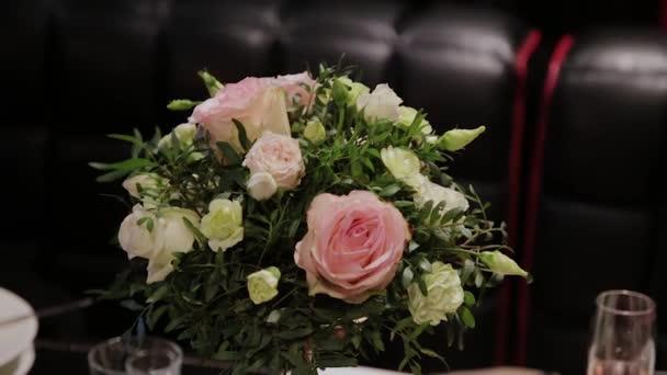 Krásná svatební kytice na slavnostním stole.