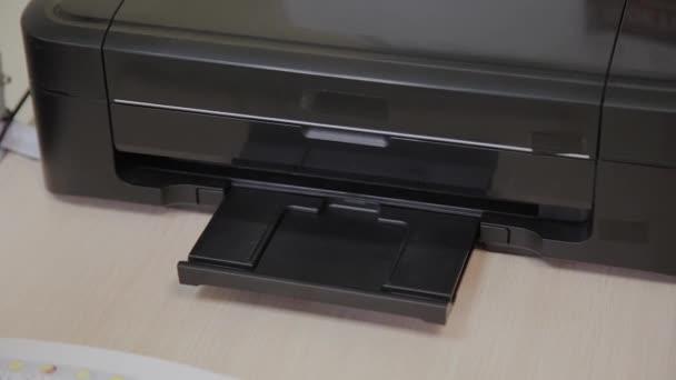 schwarzer Tintenstrahldrucker druckt klinische Befunde.
