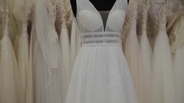 Gyönyörű menyasszonyi ruhák egy menyasszonyi szalon.