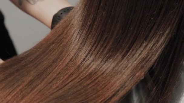 Výsledkem narovnávání vlasů v kadeřnictví.