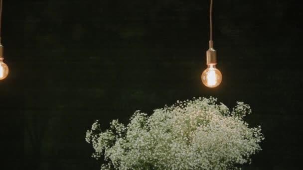 Žárovka na drátě.