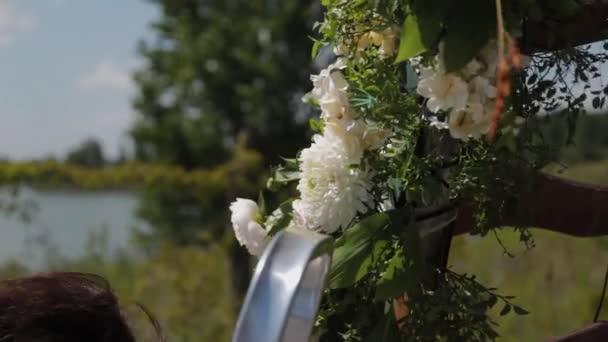 Svatební dekoratér zdobí místo registrace sňatku s čerstvými květy.