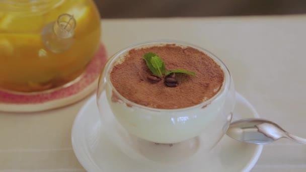 Čerstvý dezert s tmavou čokoládou ve sklenici.