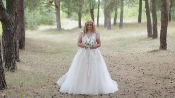Menyasszony esküvői csokor zöld nyári erdőben.