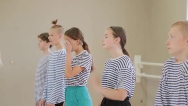 Gyönyörű gyerekek pantomimot tanulnak a pantomim színházban..