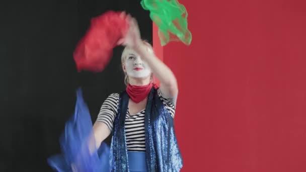 Clown jongliert auf der Bühne.