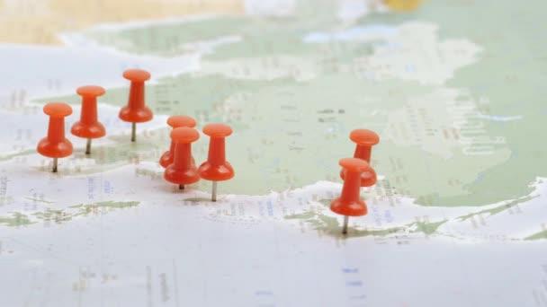 cestovní koncept s špendlíky na mapě