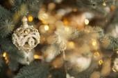 Fotografie šťastný nový rok, zdobené strom, hračky, dárky, krásný pokoj. Hračka dekorace na vánoční stromeček, closeup
