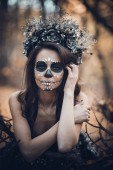 Fotografie Closeup Portrait Calavera Catrina im schwarzen Kleid. Sugar Skull bilden. Dia de Los Muertos. Day of The Dead. Halloween.