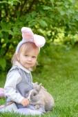 kicsi ravasz lány-val nyuszi fülek-ra fej játék-val nyúl rövid idő ülő-ra fű-on kert, Húsvét fogalom