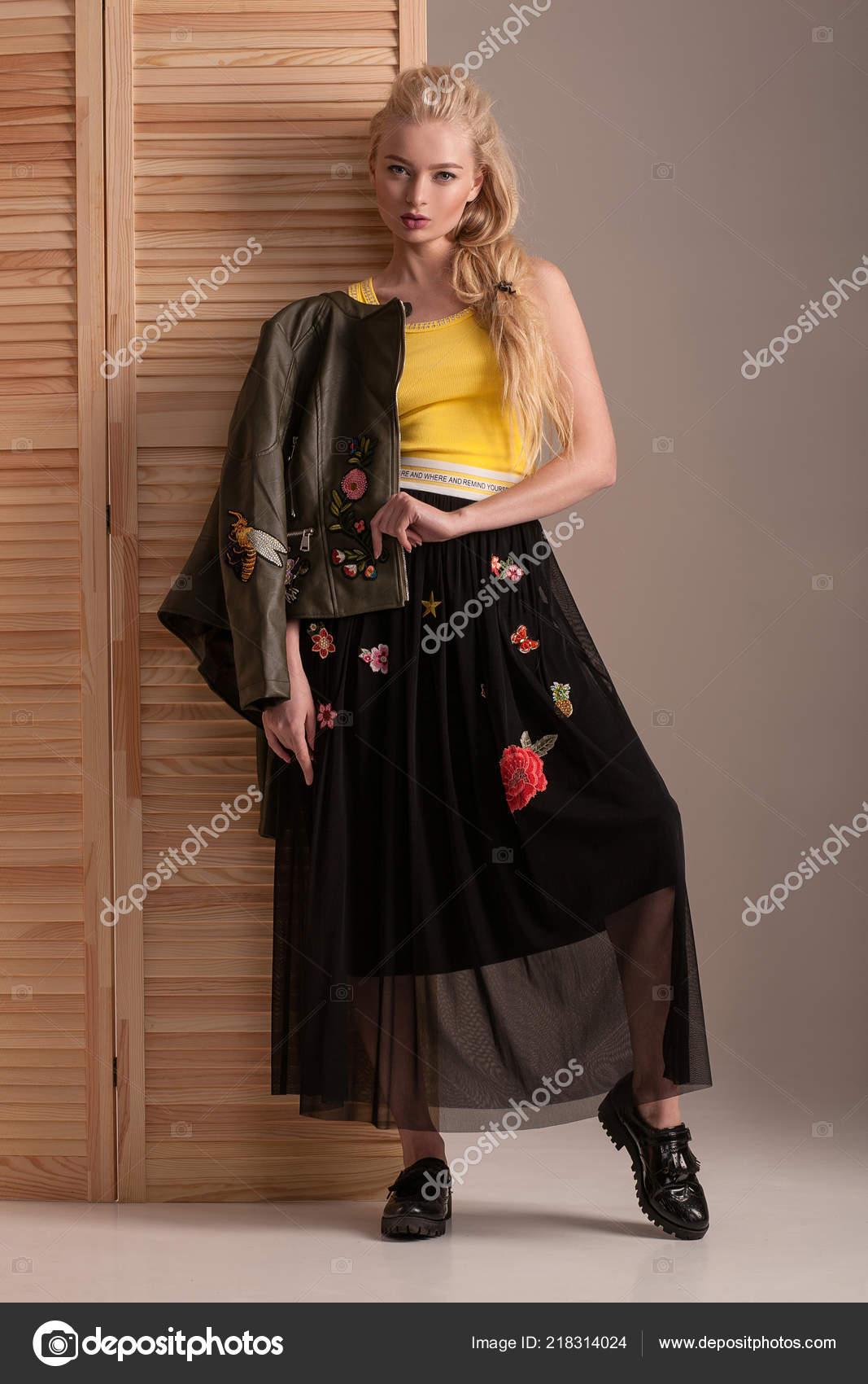 9376c04c3676cd Modèle Blonde Veste Cuir Jupe Noir Entrelacs Est Qui Pose ...