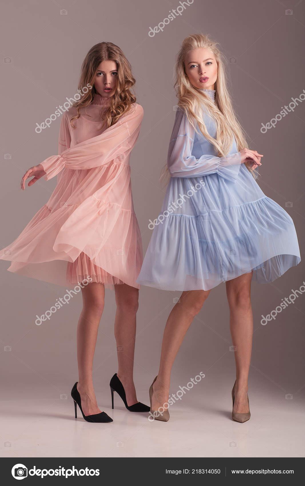 Dvě Blond Modely Průhledné Modré Růžové Šaty Jehlové Podpatky Které ... 71e07c8a60