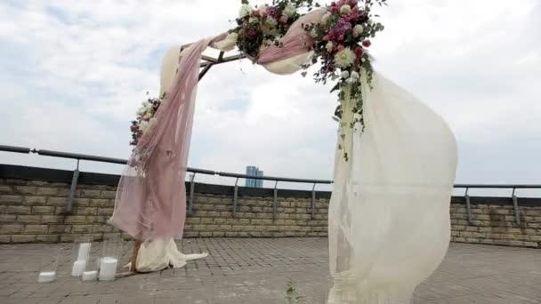 Krásné svatební oblouk, zdobená květinami na střeše na panoráma pozadí