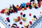 Fotografie Kuchen mit frischen Früchten isoliert auf weißem Hintergrund, soft-Fokus