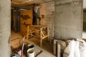 Mužova ruka Omítání zdí s lopatkou. Stavební dělník. Nástroj pro zdivo. Stavební průmysl