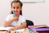 vzdělání a škola koncept - holčička student ukazující barevných fixů ve škole