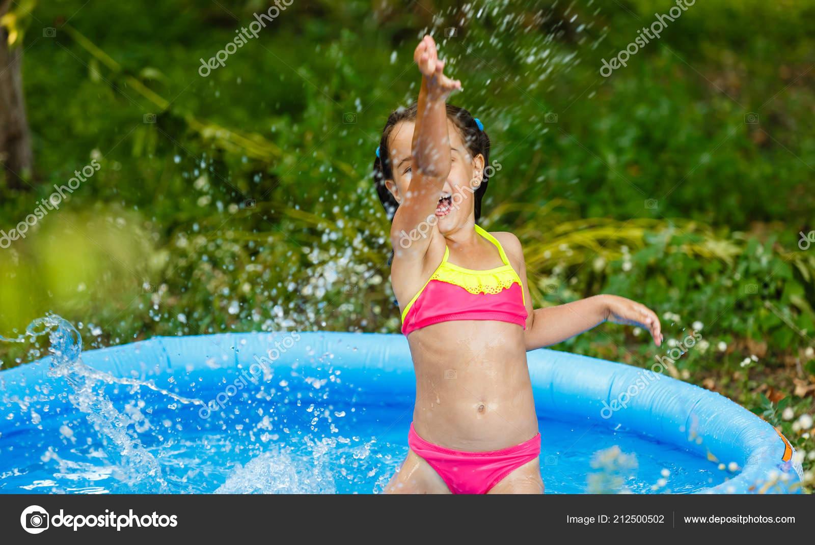 Kleines Mädchen Spaß Aufblasbaren Pool Garten — Stockfoto © sinenkiy ...