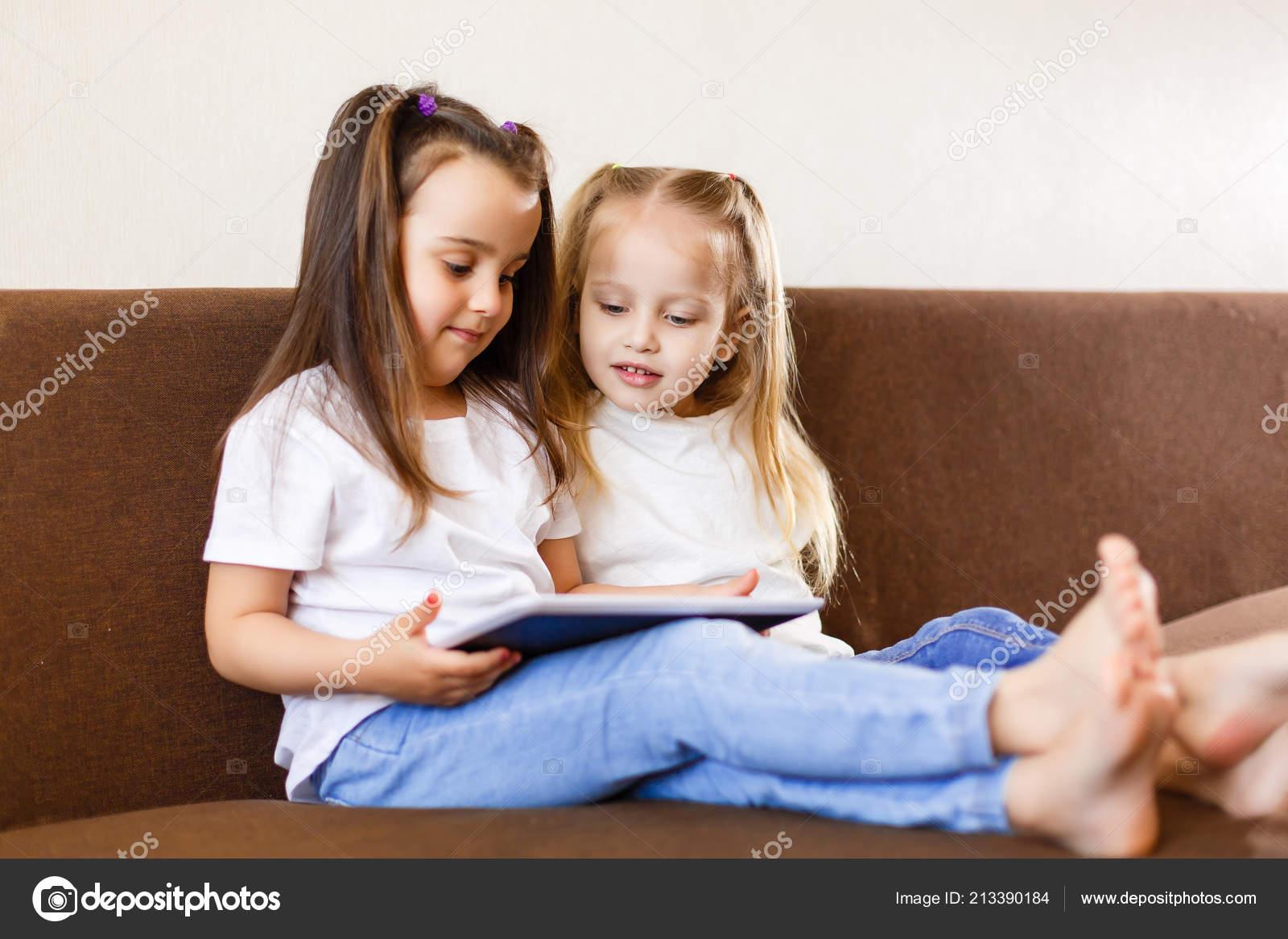 Сестра играла а он вставил ей, Сестра приклеилась к столу, а брат воспользовался этим 19 фотография